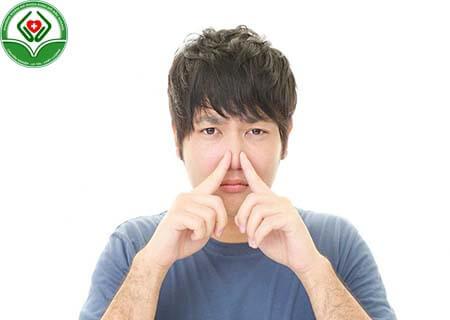 Tinh dịch có mùi lạ là dấu hiệu bệnh ít tinh trùng